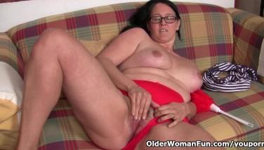 Chubby Mature Housewife With Unshaved Fuckbox Masturbates