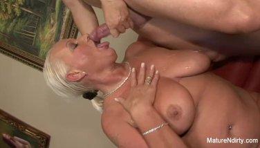 Rondborstige Blonde Oma Neemt Het In Haar Kont