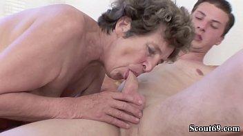 Oma Effie fickt ihren jungen notgeilen Enkel